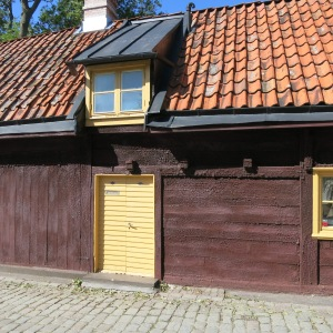 Visby, Gotland. Wooden houses are preserved by a regular application of tar. After centuries, they acquire a bubbly texture. This one is slighty red, which means it has likely be painted with a mixture of tar and copper oxide.