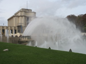 Water canons and a large fountain at the Jardin Trocadero.