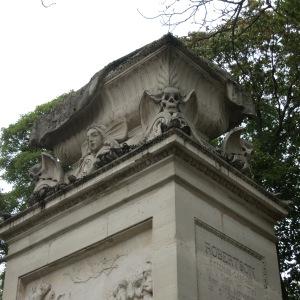 Fantastic macabre detailing at Cimetiere du Père Lachaise