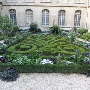 A manicured garden in the Carnavalet Museum.