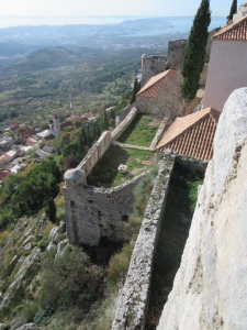 Klis sits on top of a steep hill. Note the hot oil port (and greasy streak) in the lower left hand quadrant.