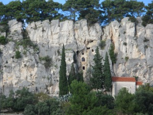 Within Marjan park there are some renaissance hermitages, like this one, built into caves and cracks in the cliff. The red roof is a small chapel.